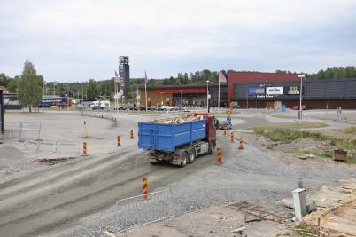 Rivningsvirket från kontorsbyggnaden kördes till Furskog för flisning.