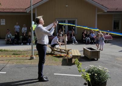 17 maj 2018 - Kommunalrådet Daniel Schützer klippte bandet och förklarade nya avdelningen vid Förskolan Junibacken invigd.