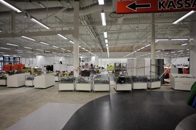 13 september 2017 - Nu bygger man Sportringens nya butik i Töcksfors Handelspark, och fyller upp butiken med varor.
