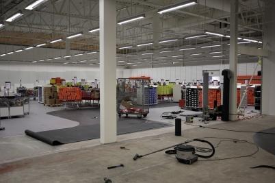 14 september 2017 - Nu bygger man Sportringens nya butik i Töcksfors Handelspark, och fyller upp butiken med varor.
