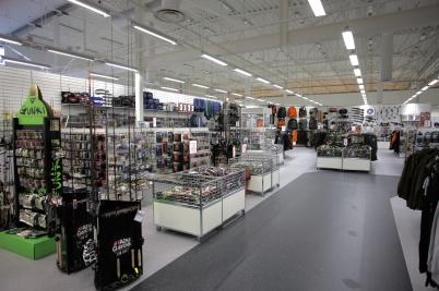 18 september 2017 - Nu bygger man Sportringens nya butik i Töcksfors Handelspark, och fyller upp butiken med varor.
