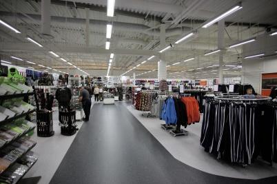 3 oktober 2017 - Sportringens nya butik i Töcksfors Handelspark är fylld med varor, så nu är det dags att öppna nya entrén.