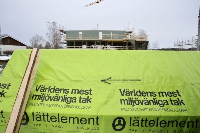 12 februari 2019 - Och så anlände taket till första hyreshuset på Solängen.