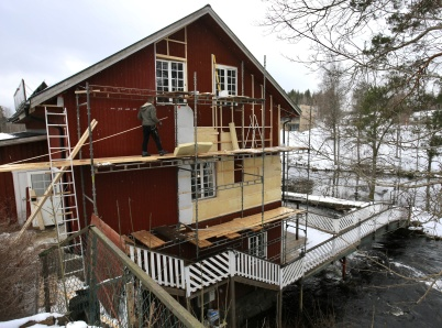 16 mars 2019 - Kvarnen fick isolering och ny fasadbeklädnad.