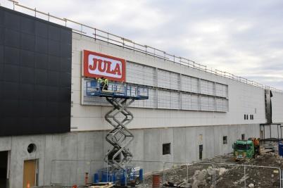 22 mars 2019 - Skyltar sattes upp på shoppingcentrets fasad.
