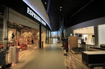 22 mars 2019 - Och inne i shopping-centret färdigställde man butikslokaler.