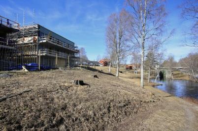 27 mars 2019 - På Solängen kunde man se nya hyreshus växa upp intill kanalen.