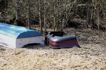 18 april 2019 - Vid Torsvikens strand syntes fortfarande resterna av norr-männens härjningar på Töck under vintern.