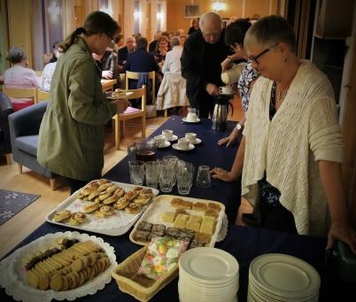 30 april 2019 - . . . sen fortsatte vi till församlinghemmet där det serverades kaffe, saft och kakbuffé.