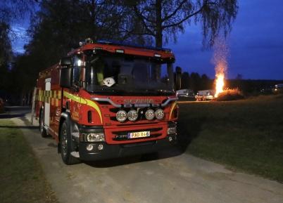 30 april 2019 - På grund av det torra vädret fanns Räddningstjänsten på plats när Valborgsbrasan tändes.