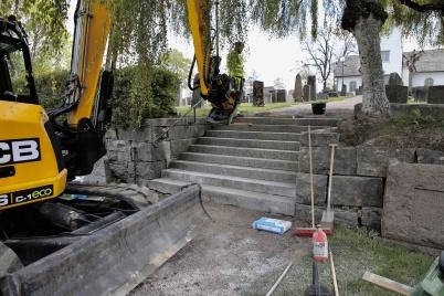 8 maj 2019 - Och på kyrkogården renoverades trappan.