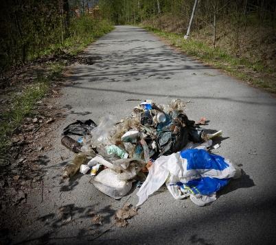 8 maj 2019 - Vid dikesstädning längs med gång- och cykelvägen mellan shoppingcentret och Herrgården kunde man se vad slarviga människor lämnar efter sig.