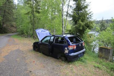 26 maj 2019 - Någon tyckte det var lämpligt att dumpa en bil vid Bergviken.