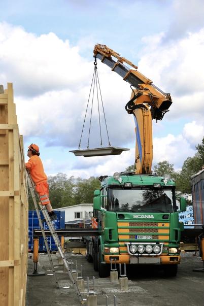 4 juni 2019 - Vid Slussen kom betong-bjälklaget till hyreshuset.