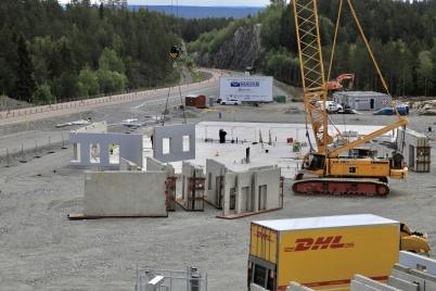 11 juni 2019 - Och vid gränsen började man montera ihop nya tullstationen.