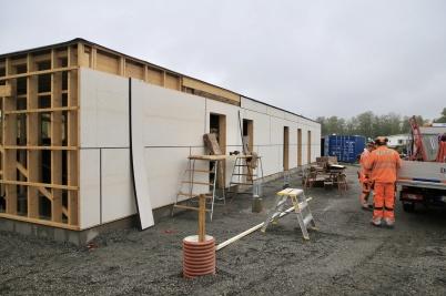 13 juni 2019 - Och vid Slussen tätade man väggarna på hyreshusets första våning.