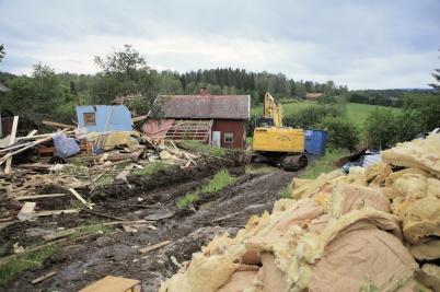 14 juni 2019 - Den gamla byggnaden med uthus på Kallnäset revs.