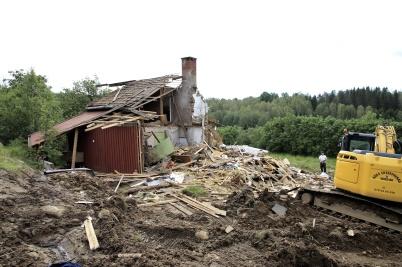 19 juni 2019 - Huset på Kallnäset blev en lätt munsbit för grävmaskinen.