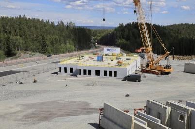 24 juni 2019 - Och vid gränsen var man klar med monteringen av tullstationens första våning.