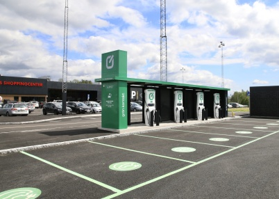 26 juni 2019 - Vid shoppingcentret öppnades en ny anläggning för laddning av elbilar.
