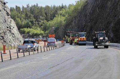 28 juni 2019 - Vid gränsen asfalterade man E18.