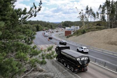 1 juli 2019 - Vid gränsen färdigställde man av- och påfarterna till nya tullstationen.