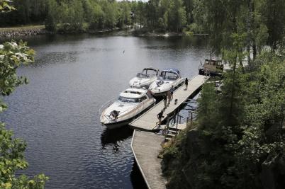 20 juli 2019 - Turistbåtarna låg i kö för att slussa.