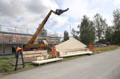 13 augusti 2019 - Vid Slussen började man lägga taket på nya hyreshuset.