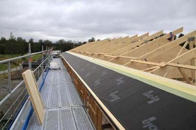 16 augusti 2019 - Och vid Slussen gick arbetet med takläggning snabbt framåt.