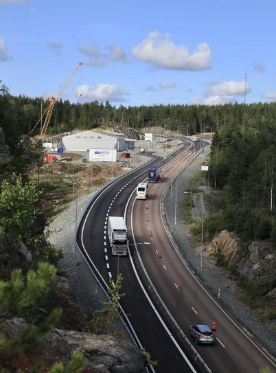 21 augusti 2019 - Arbetet med av- och påfarter till nya tullstationen var klart.