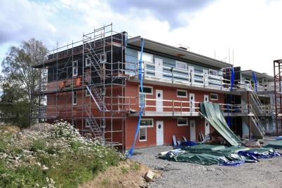 2 september 2019 - På första hyreshuset på Solängen monterades fasadskivor.