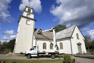 2 september 2019 - Taket på kyrkan behandlades med kalk mot mossan.
