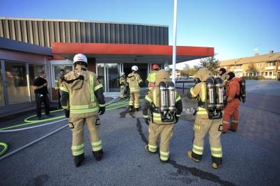 16 september 2019 - Det var dramatiskt i Töcksfors centrum när räddnings-tjänsten i Töcksfors och Årjäng samverkade i en rökdykarövning.