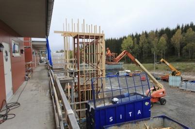 9 oktober 2019 - På Solängen byggde man hisstornet till de nya hyreshusen.