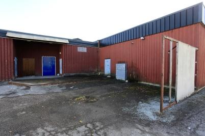 13 oktober 2019 - I Töcksfors centrum stod Olav Thongruppens misskötta fastighet fortfarande och vittnade om att det bara är det som genererar pengar som blir åtgärdat.