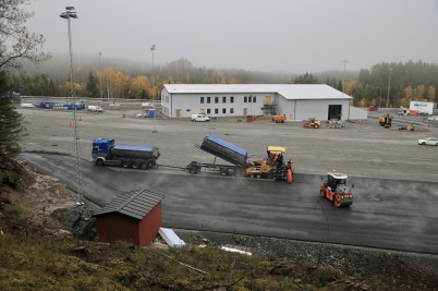 16 oktober 2019 - Vid tullstationsbygget asfalterade man den stora lastbils-parkeringen.
