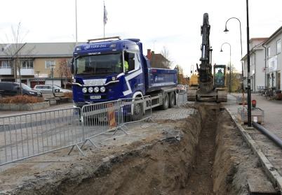 22 oktober 2019 - På Sveavägen pågick grävandet för läggning av ny vatten-ledning.