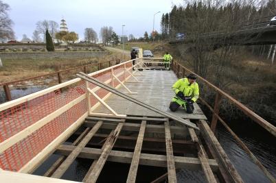 6 november 2019 - Vägbanan på den gamla bron togs bort, för att stålkonstruktionen skulle kunna besiktas.