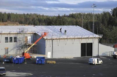 7 november 2019 - Så började man montera solpaneler på nya tullstationens tak.