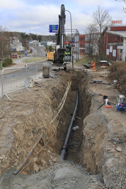 7 november 2019 - I Töcksfors centrum jobbade man på med nya vatten-ledningen.