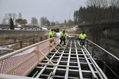 8 november 2019 - Experter på broar inspekterade den gamla vägbron väster om kyrkan.