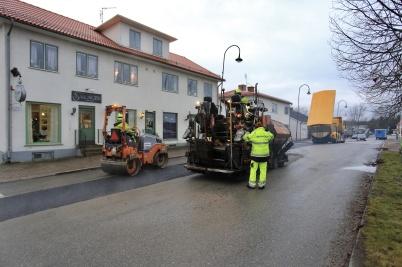 19 november 2019 - I Töcksfors centrum lagade man vägbanan efter arbetet med nya vattenledningen.