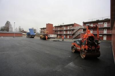 26 november 2019 - Och vid nya hyreshusen på Solängen asfalterade man parkeringen.