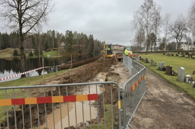 12 december 2019 - Bygget av askgravplatsen kom igång trots den vattenmättade marken.