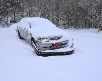 30 januari 2019 - Nu har förutom bilen även andra bildelar dumpats på Torsvikens strand.