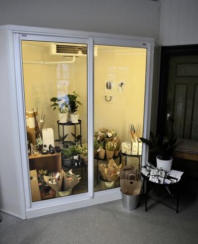 Interiören Blommor & Design i Årjäng har en liten filial i Bernhards lokaler, samlokaliserad med Anitas Hårservice.