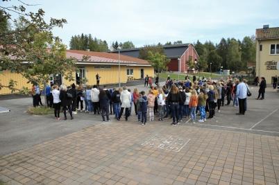 Eleverna i årsklasserna 0 - 6 samlades på skolgården för att bevittna invigningen.
