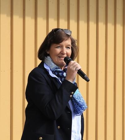 Skolchefen May Bjerklund hälsade alla välkomna till invigningen av nya mellanstadieskolan i Töcksfors, och lämnade över ordet till elever i årskurs 6.