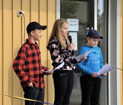 Nu lyfter Töcksfors skola - Nu lyfter vi. Så inledde elever från årskurs 6 invigningstalet.
