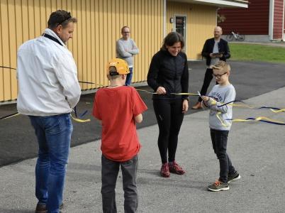 Sen klippte elever från årskurs 3 bandet, och nya skolan var därmed invigd.